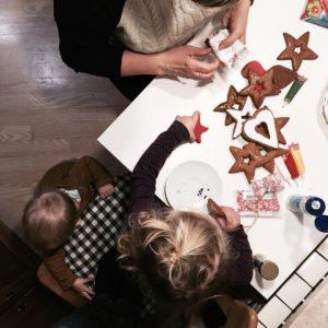 Nasza Baba i jej prba zmobilizowania dwulatki do dekorowania piernikwhellip